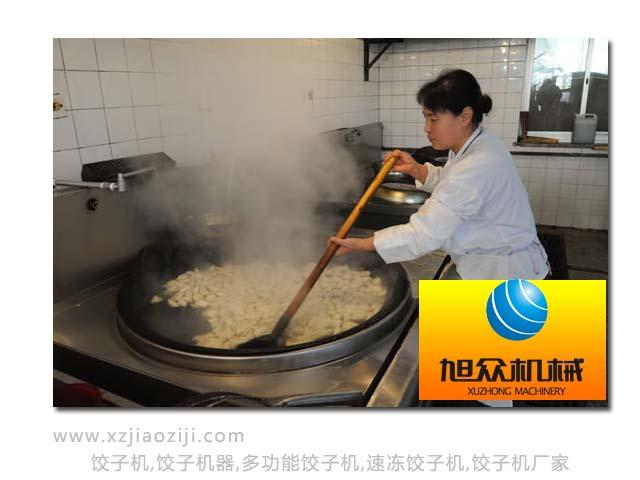 热气腾腾在煮饺子